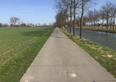 Geleverd en gelegd in Elst i.o.v. Gemeente Overbetuwe voor een fietspad, betonplaten 300x120x012