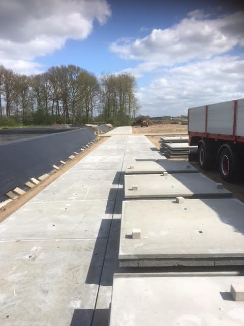 Deurne geleverd 300 betonplaten 200x200x014 zonder hoeklijn voor kavelpad kwekerij
